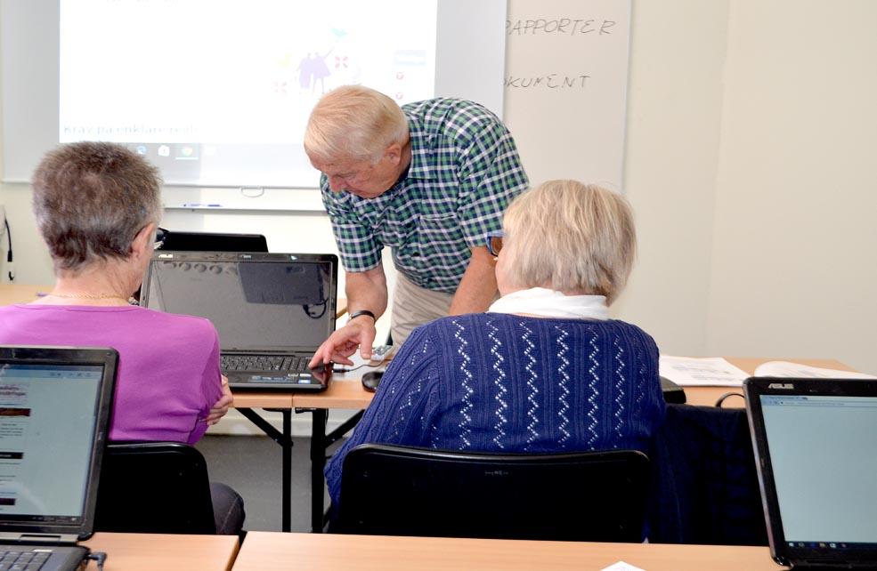 Lars Norman undervisar i datorkunskap.