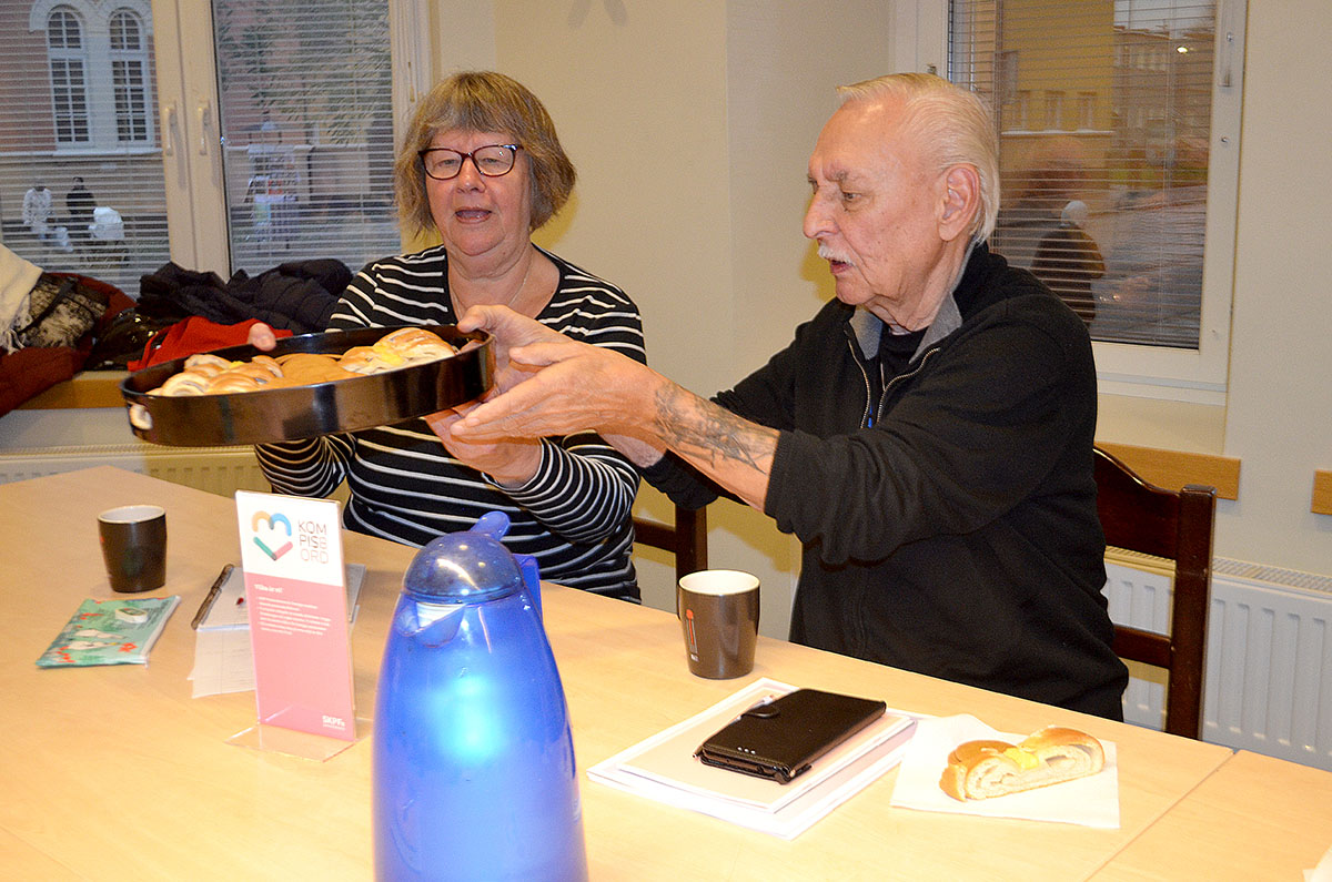 Vid fikabordet Kerstin Markvardsen och Tommy Härdin, SKPF avd 8 Eskilstuna.